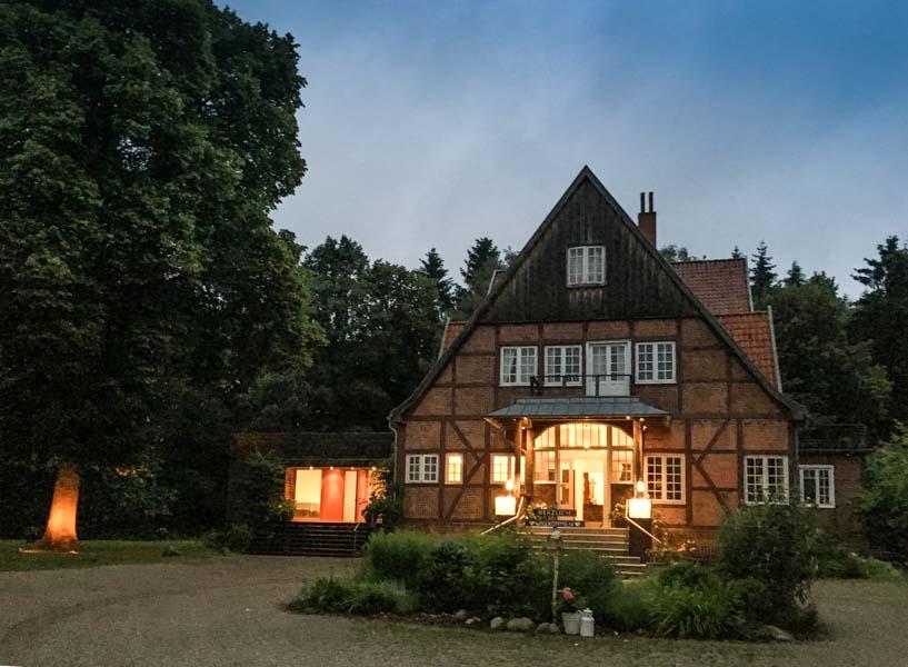 Hotel Waldhof auf dem Herrenland bei Nacht seitlich
